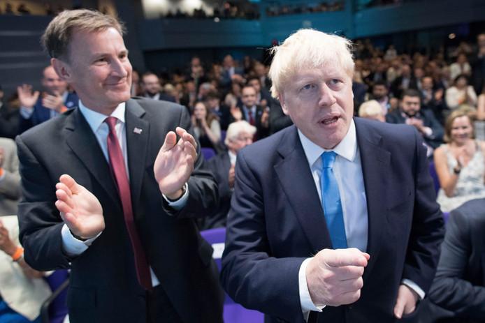 Jeremy Hunt en Boris Johnson na de bekendmaking.