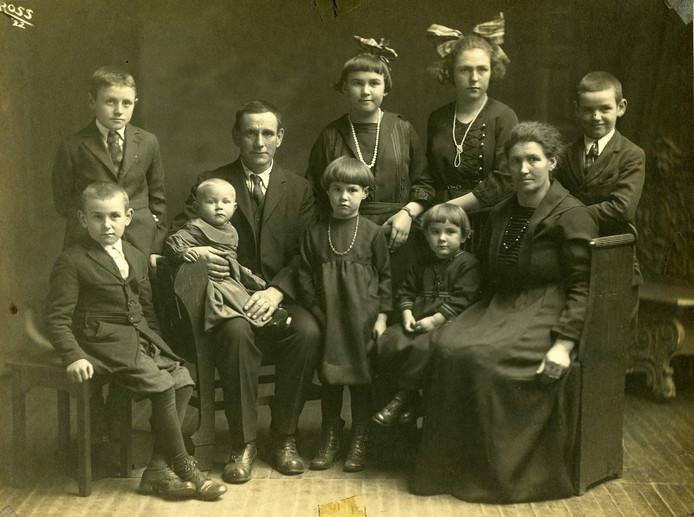Johanna en Janus emigreerden in 1908 vanuit Uden naar Little Chute, VS Foto van het gezin in 1922