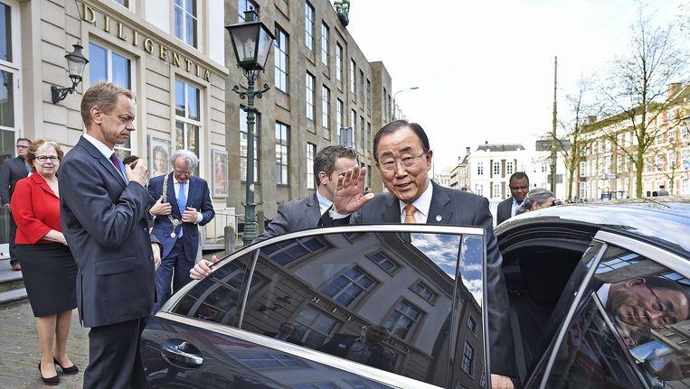 Ban Ki-Moon verlaat Diligentia in Den Haag waar hij enkele studenten heef toegesproken Beeld Guus Dubbelman