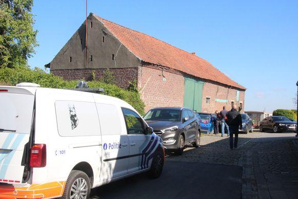 De polite viel binnen in de boerderij aan Opaaigem.