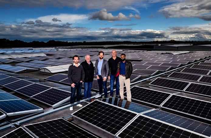 Op het dak van natuursteenhandel Kemie in Helmond liggen sinds kort 2.080 zonnepanelen. Daar profiteren ook andere firma's in de stad van. Vlnr: Niels Rutten, Frits Rutten (beiden Stichting Bedrijventerreinen Helmond), Charles Smeets (Zonnig Helmond De Peel BV), Richard Verbeem (Kemie) en Arief Setoe (EigenEnergie.net).