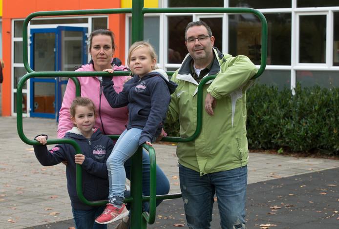 Ferry van Lierop en Maureen Delsink uit Doesburg met hun dochters Maud (8) en Pien (5).