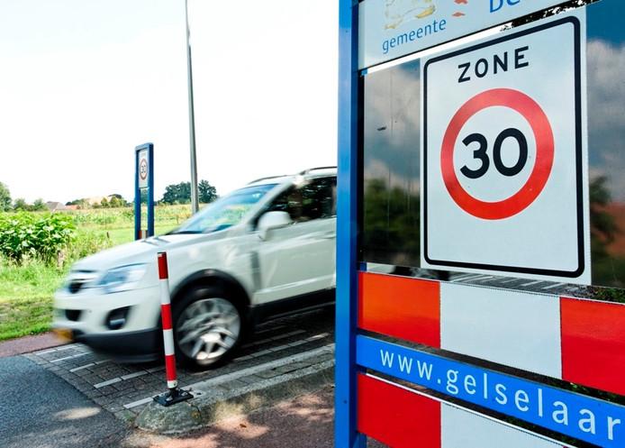 Ook op de Diepenheimseweg in Gelselaar rijdt het verkeer harder dan de maximumsnelheid van 30 kilometer per uur. Foto Wouter Borre
