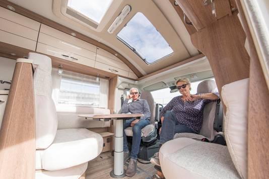 Willem en Nel Haartsen in hun gloednieuwe camper.