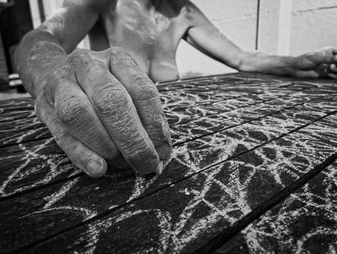 Eva Hoogenberg (17) maakte voor KRIJT deze foto van een naaktmodel, dat met krijt in de weer is.