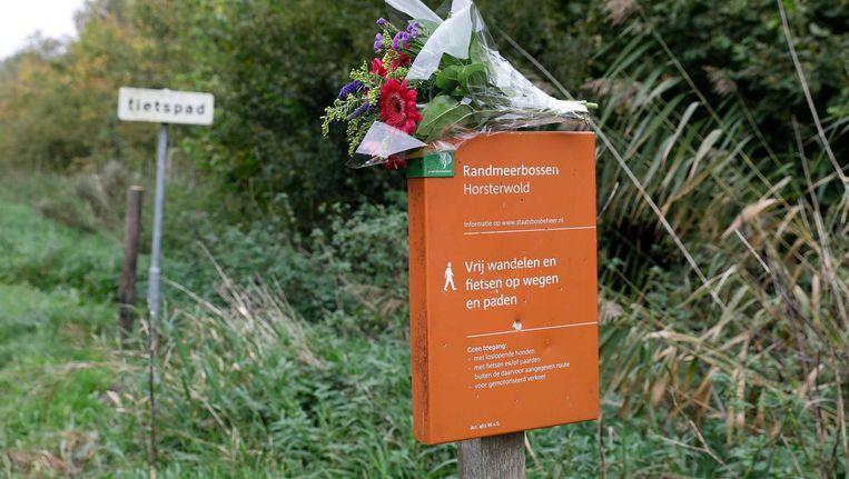 Bloemen bij het Hosterwold bos, waar Anne Faber werd gevonden. Beeld anp