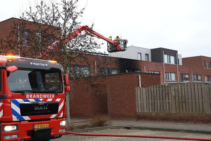 De brandweer blust een woningbrand aan de Roosjestin in Tiel.