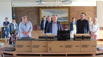 Lokale vrijwilligersorganisatie schenkt 20 laptops aan lagere scholen