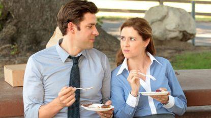 Romantiek op de werkvloer komt steeds vaker voor. Wat moet je doen als je verliefd bent op een collega?