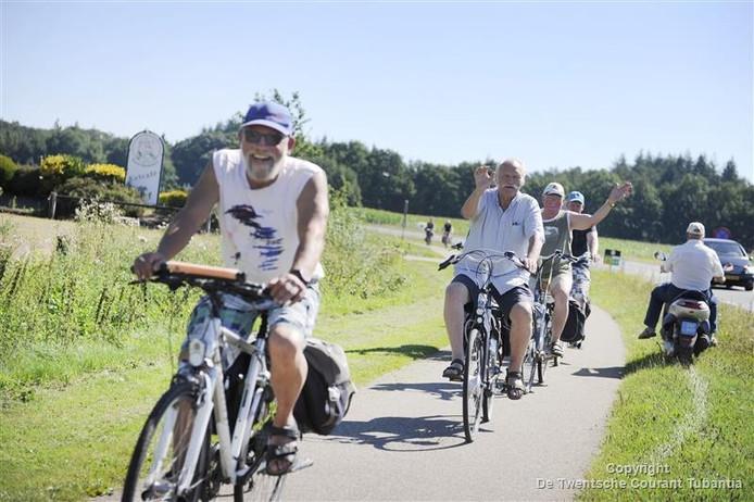 De deelnemers aan de Fietsvierdaagse Berghuizen reden donderdag -met veel plezier- via het terrein van de luchthaven richting Hengelo.