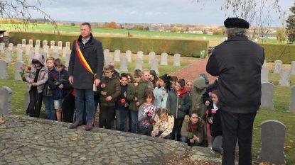 Leerlingen scholen Glabbeek houden bloemenhulde op militair kerkhof