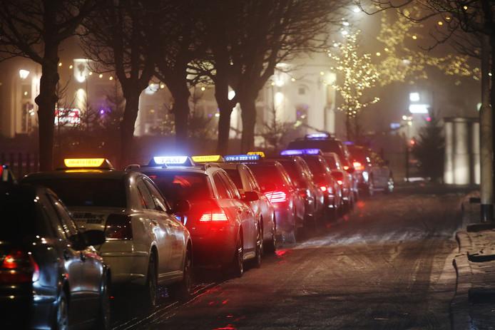 Taxi's staan in de rij op de officiële standplaats aan de Nieuwe Prinsenkade/Haven.