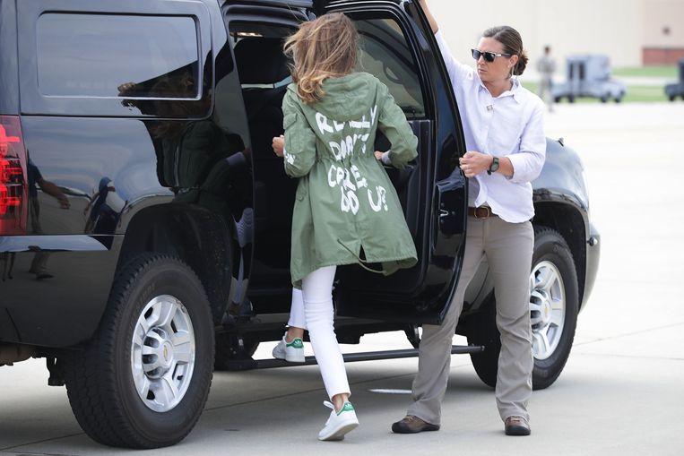 Toen first lady Melania Trump in juni in het vliegtuig stapte om een bezoek te brengen aan immigrantenkinderen in een Texaans detentiekamp, stond er op de rug van haar Zara-jas (€ 35) te lezen: I really don't care, do U?  Beeld null