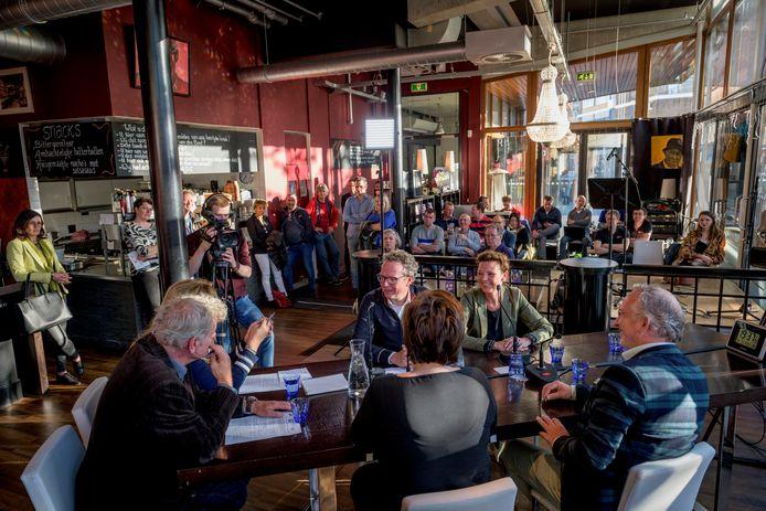 TT-2019-010741 Het café van de schouwburg is de vaste plek van het maandelijkse politiek café Hengeloos Peil.