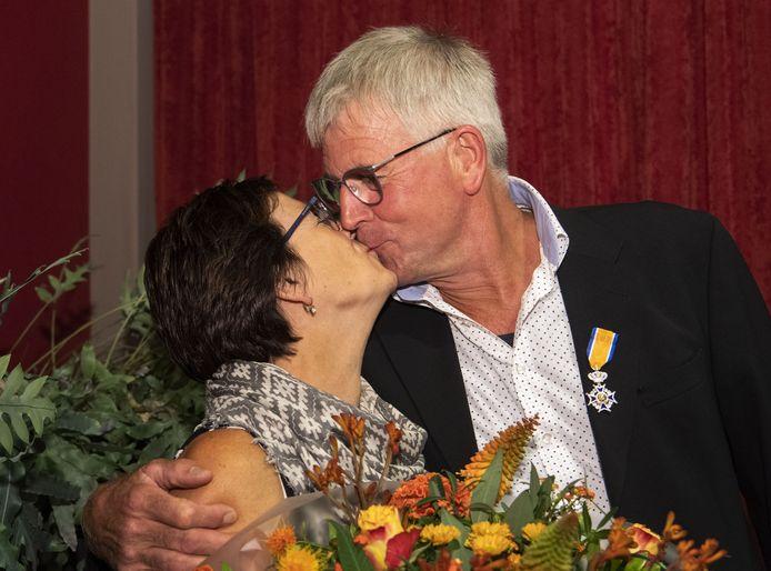 Vincent Lansink krijgt een kus van zijn vrouw Annie, die hem even daarvoor het lintje heeft opgespeld.