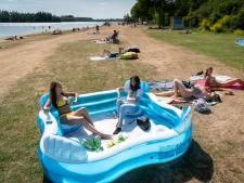 Genoeg plek voor eigen poolbadje op ligweide bij zwemwater