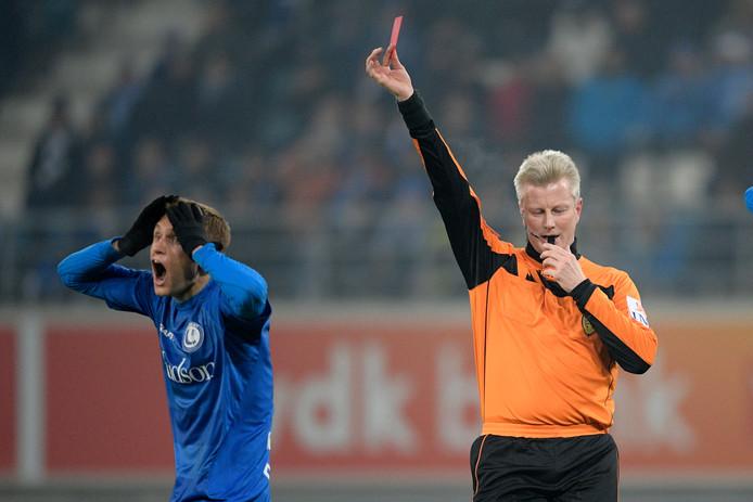Scheidsrechter Christof Dierick geeft Gent's Igor Plastun rood.