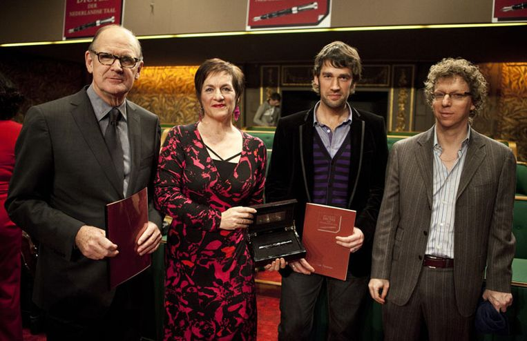 Presentator Philip Freriks (l) en schrijver Arnon Grunberg (r) samen met de Nederlandse Marret Kramer en de Vlaamse nieuwslezer Freek Braeckman. © ANP Beeld