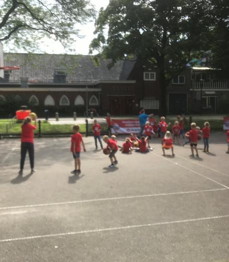 Kinderen leren dribbelen, passen en schieten tijdens basketbalclinic op Bossche Taxandriaplein