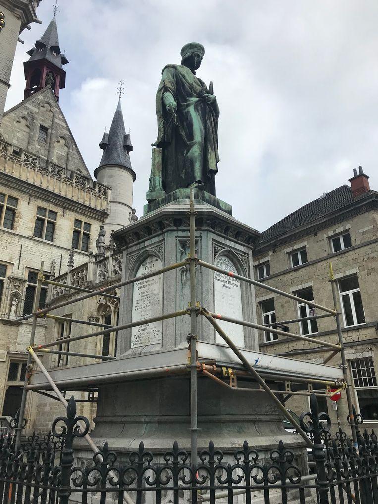Het standbeeld van Dirk Martens.