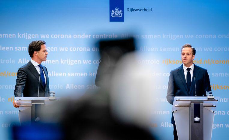 Premier Mark Rutte en minister Hugo de Jonge tijdens een persconferentie op het ministerie van veiligheid en justitie. Beeld ANP
