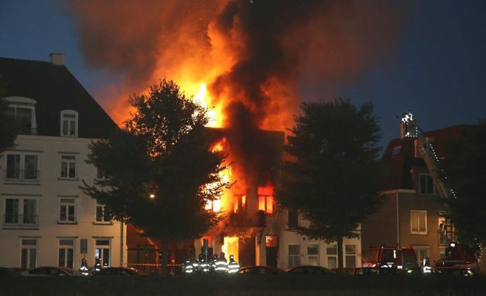 De vlammen kwamen metershoog uit het dak.