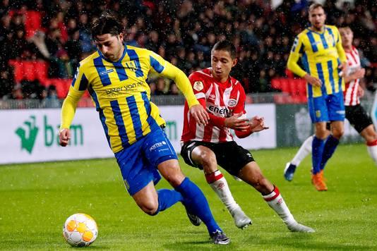 Paul Quasten in actie tijdens het bekerduel van RKC in Eindhoven tegen PSV.