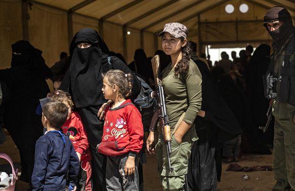 Het gevangenkamp al-Hol in Syrië staat onder controle van Koerdische strijders. De gedetineerden zijn voornamelijk IS-weduwes en hun kinderen.