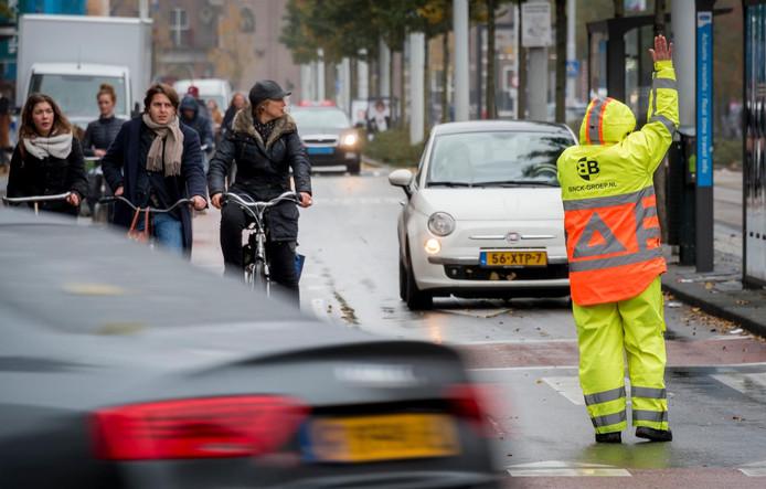 2016-11-01 15:09:05 AMSTERDAM - Een verkeersregelaar aan het werk. ANP XTRA LEX VAN LIESHOUT