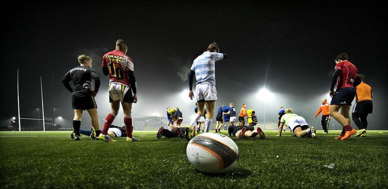 De nationale rugbyploeg onder 19 tijdens een training in Amsterdam. Het team neemt momenteel deel aan het EK in Portugal. Beeld Klaas Jan van der Weij