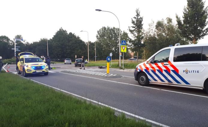 Een bestuurder van een zwarte bestelbus is gisteravond doorgereden nadat hij twee meisjes aanreed die op de rotonde van de Albrandswaardseweg in Poortugaal fietsten.
