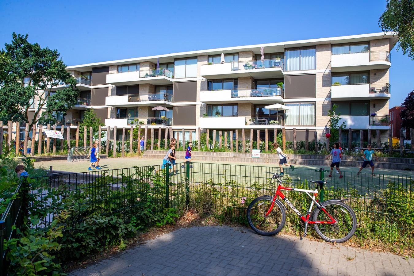 Het speelveld bij basisschool De Buut in Nijmegen Oost