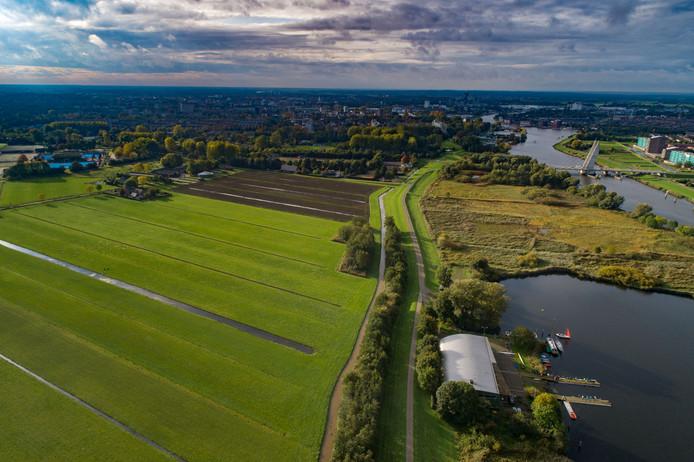 Het groengebied Dijklanden - naast het Zwarte Water en tussen de wijken Aa-landen en Stadshagen - waar de bovengrondse geothermie-installatie komt. Rechtsonder de Zwolsche Roei- en Zeilvereniging.