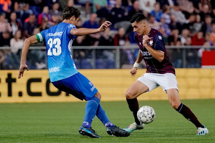 Etienne Reijnen van PEC Zwolle in duel met Mario Vrousai van Willem II tijdens PEC Zwolle - Willem II.