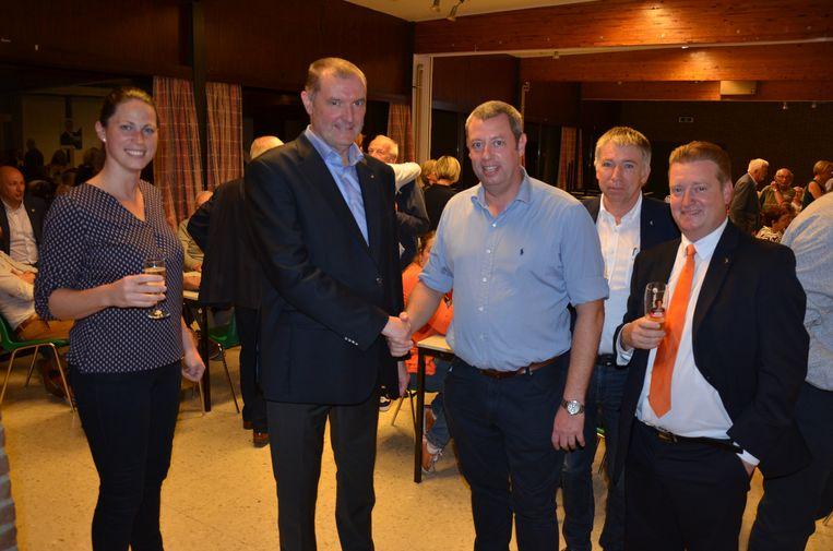 Burgemeester Du Tré (CD&V) schudt de hand met zijn coalitiepartner Tom Baert (N-VA)