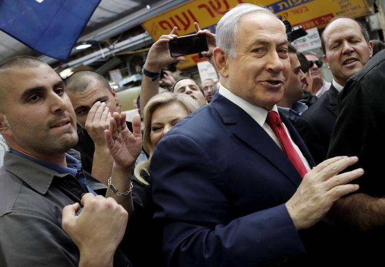 Benjamin Netanyahu tussen zijn aanhangers tijdens de verkiezingscampagne  Beeld AFP