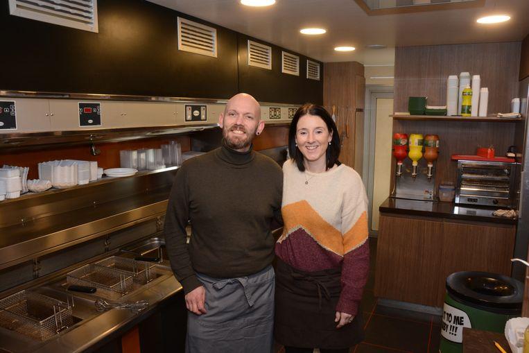 Bengie en Wendy staan zondag voor de laatste keer in hun frietkot. Daarna verhuizen ze naar een nieuwe zaak in de Kasteelstraat.