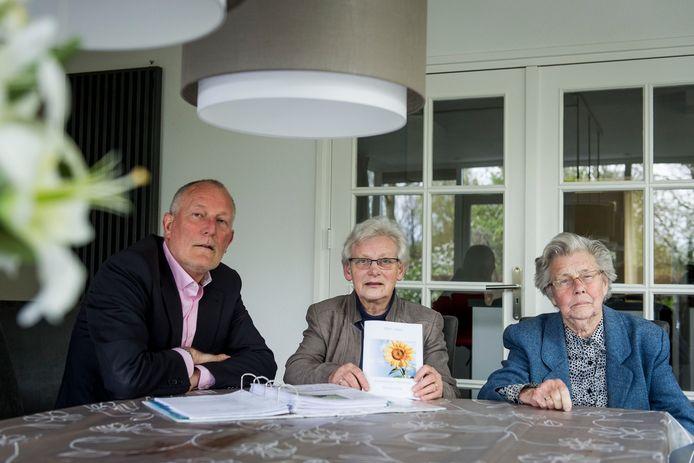 Richard Benneker (62), hier op de foto met enkele leden van De Zonnebloem, wordt de nieuwe voorzitter van voetbalclub De Zweef.