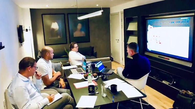 """Van l naar r: technisch directeur Frank Arnesen, Kompany, voorzitter Coucke en sportief directeur Michael Verschueren tijdens een tactische bespreking. """"Onze visie loopt gelijk: attractief voetbal en vooral spelen met de jeugd."""""""