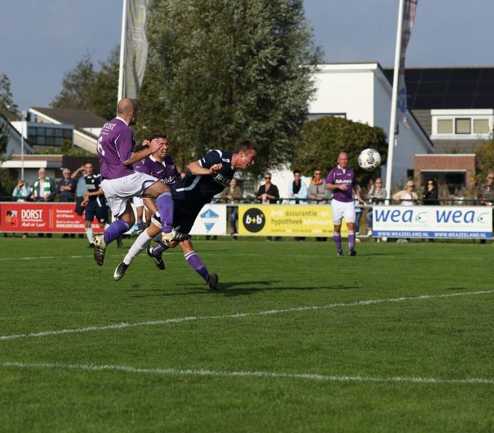 Rutger van Rossum kopte Kloetinge naar 0-2 tegen Bruse Boys, vorig seizoen in de eerste klasse.