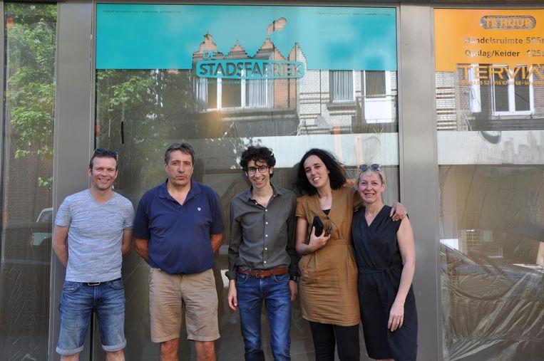 Schepen Mattias Paglialunga (midden) met de ondernemers van Het Moederhuis en de vinylplatenzaak.