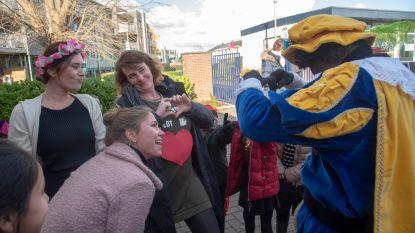Verliefde Zwarte Piet en Sint met roze limo naar Meiroos