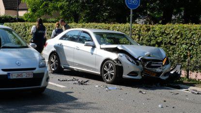 Wagens beuken frontaal op elkaar in: Als bij wonder raken bestuurders slechts lichtgewond