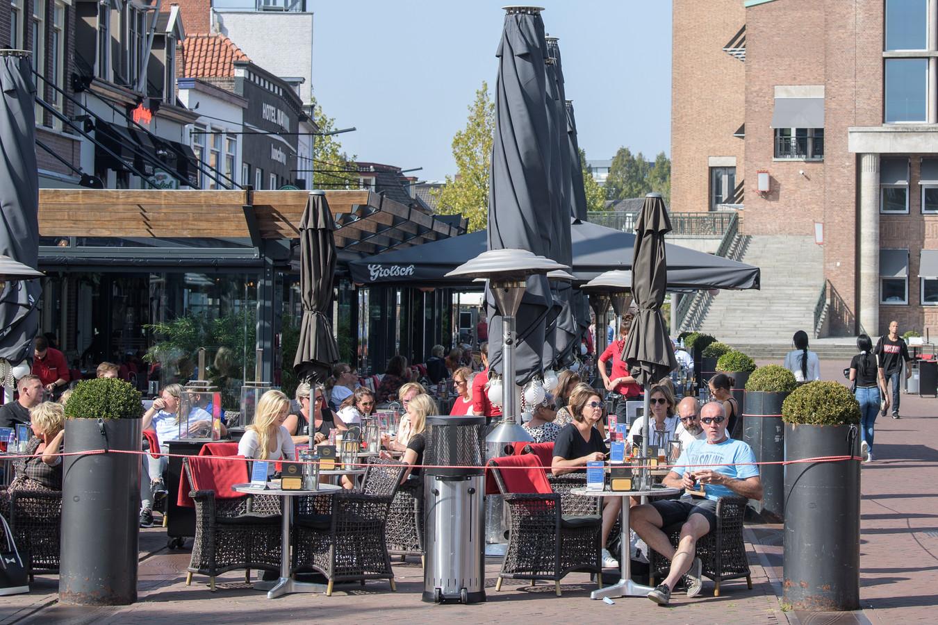 Een vol terras in Hengelo op de laatste mooie zomerdag. Als het aan de Hengelose horeca ligt, blijven de extra coronaterrassen ook de rest van het jaar staan. De gemeente beraadt zich nog.