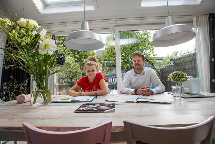 """Peter Huizinga met één van zijn dochters. ,,Het is een heerlijk ruimtelijk en licht huis."""""""