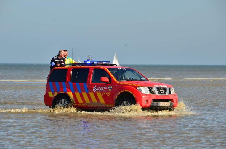 Ook de brandweer van Oostduinkerke kwam met de jeep ter plaatse.