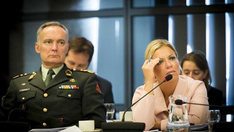 Minister van Defensie Jeanine Hennis (rechts) naast commandant der strijdkrachten Tom Middendorp bij een debat in de Tweede Kamer. Beeld anp