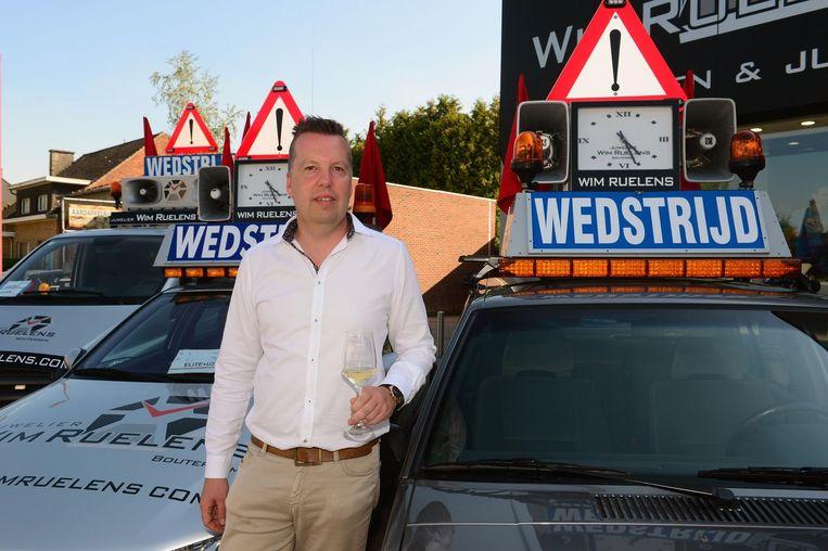 Wim Ruelens bij enkele van zijn eigen pilootwagens.