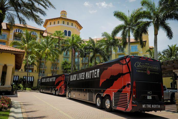 De bus van de Toronto Raptors komt aan bij Disney World