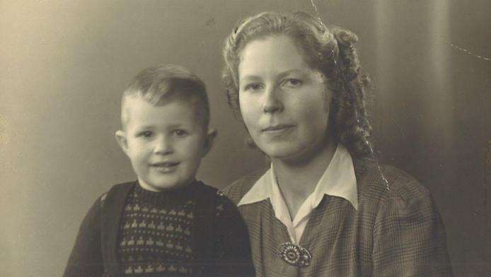 Erika Lüschen met haar zoon Fokko, eind jaren veertig.